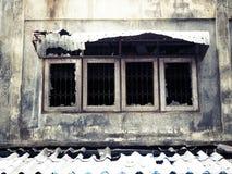 Fenêtres de fer travaillé après le feu photo stock