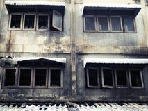 Fenêtres de fer travaillé après le feu photos stock
