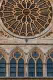 Fenêtres de lancette sous la fenêtre rose principale de la cathédrale Photo stock