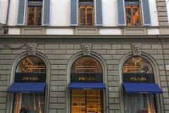 Fenêtres de magasin de Prada, Florence, Italie Photographie stock libre de droits