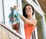 Fenêtres de nettoyage de domestique Photo stock
