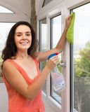 Fenêtres de nettoyage de domestique Images stock