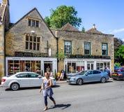 Fenêtres de penchement étranges dans la ville historique de cotswold de l'arrimage sur la haute plaine photos stock