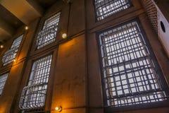 Fenêtres de prison éclairées à contre-jour image libre de droits