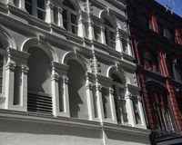 Fenêtres de voûte romaine dans le bâtiment de vintage photo stock