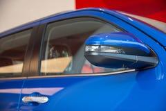 Fenêtres de voiture et miroir latéral Photo stock