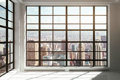 Fenêtres du sol au plafond avec la vue de ville Photo libre de droits