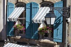 Fenêtres du sud de cottage de style de la Provence de Frances, volets bleus et boîtes de fleur Photo libre de droits