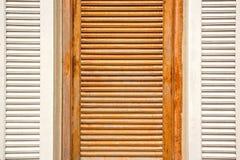 Fenêtres en bois d'abat-jour Photographie stock libre de droits