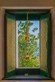 Fenêtres en bois dans le temple décoré du modèle thaïlandais image stock