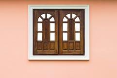 Fenêtres en bois dans les cadres concrets Photo libre de droits