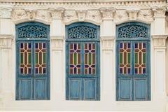 Fenêtres en bois de couleur cyan foncée Image stock