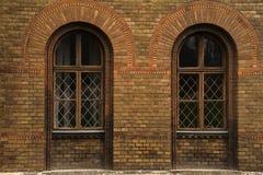 Fenêtres en bois grunges sur de vieilles fenêtres de mur de briques sur le mur de briques Image libre de droits