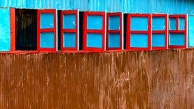 Fenêtres en bois rouges et bleues photographie stock