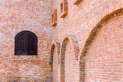 Fenêtres en bois sur le mur de briques rouge Photographie stock libre de droits