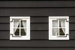 Fenêtres en bois traditionnelles démodées à Amsterdam, Pays-Bas photos libres de droits