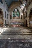Fenêtres en verre teinté cassées à l'autel - église abandonnée - New York Image libre de droits