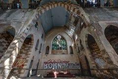 Fenêtres en verre teinté cassées à l'autel - église abandonnée - New York Photographie stock