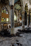 Fenêtres en verre teinté cassées et plancher s'effondrant - église abandonnée - New York Photographie stock