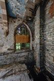 Fenêtres en verre teinté cassées et plancher s'effondrant - église abandonnée - New York Photos libres de droits