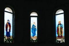 Fenêtres en verre teinté colorées de saints d'église chrétienne Photographie stock