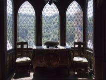 Fenêtres en verre teinté dans le château de Rijkburcht dans Cochem, région de la Moselle, Allemagne Photos libres de droits