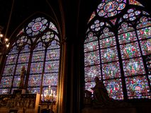 Fenêtres en verre teinté de Notre Dame de Paris photo libre de droits