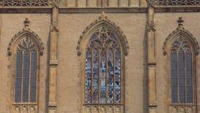 Fenêtres en verre teinté stupéfiantes d'église gothique médiévale par temps ensoleillé banque de vidéos