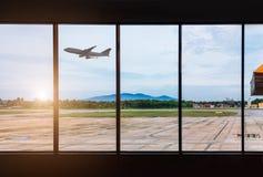 Fenêtres et avion d'aéroport Image libre de droits