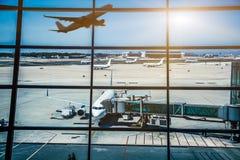 Fenêtres et avion d'aéroport au coucher du soleil Image libre de droits