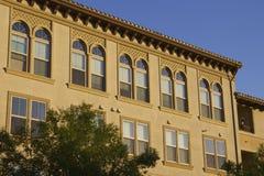 Fenêtres et coucher du soleil d'appartement Photographie stock libre de droits