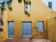 Fenêtres et porte jaunes - vues du Curaçao de secteur de Petermaai photos stock