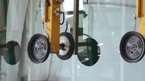 Fenêtres et portes de PVC en verre sur l'usine banque de vidéos