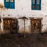 Fenêtres et portes en bois sales traditionnelles démodées dans le petit village de montagne au Népal photographie stock