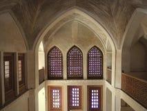 Fenêtres et terrasses de l'espace de chambre forte à l'intérieur de palais de Kashan Photo stock