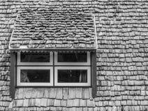 Fenêtres et toit noirs et blancs abstraits Image stock
