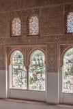 Fenêtres gentilles de voûte dans le palais Arabe antique Alhambra Grenade, Espagne Image stock