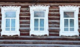 Fenêtres givrées avec les architraves découpées Photographie stock libre de droits