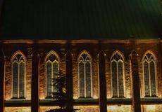 Fenêtres gothiques avec des lumières de nuit images libres de droits
