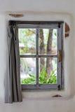 Fenêtres grises de vieille conception avec le rideau Photographie stock libre de droits