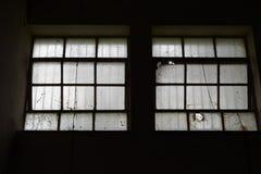 Fenêtres industrielles cassées Image libre de droits