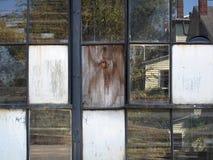 Fenêtres industrielles cassées Photos stock