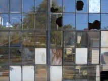Fenêtres industrielles cassées Photographie stock libre de droits