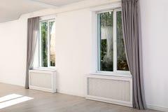 Fenêtres modernes avec des rideaux dans la chambre photo stock