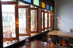 Fenêtres ouvertes dans un petit café photo stock