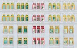 Fenêtres ouvertes rouges et jaunes sur le bâtiment classique Photos libres de droits