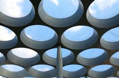 Fenêtres rondes artistiques dans un plafond extérieur photos stock
