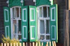Fenêtres rustiques de la rue photos stock