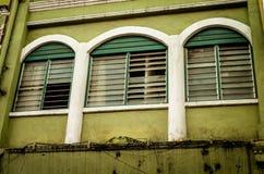 Fenêtres superficielles par les agents dans secret asiatique photos stock