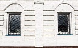 2 fenêtres sur le mur de briques blanc Photographie stock libre de droits